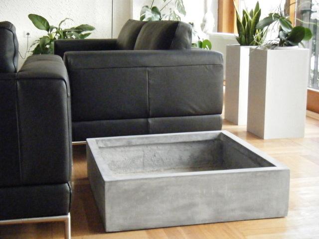 Drei Farben grau – Blumenkübel in neuen Varianten
