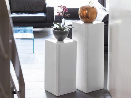 Podest EMPORIO mit weißen Dekosteinen aus Fiberglas in Hochglanz weiß 30x30x70 cm