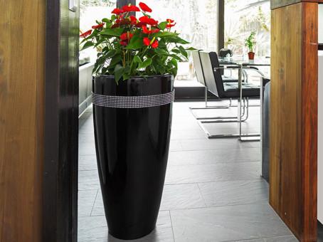Pflanzkübel CIGAR mit Dekosteinen aus Fiberglas in Hochglanz schwarz