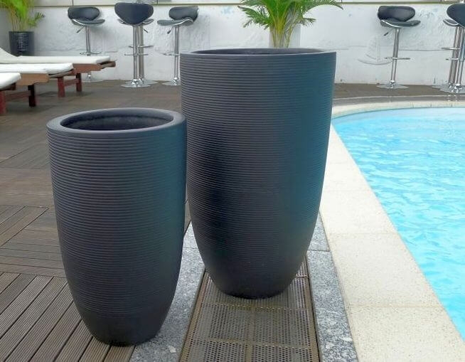 pflanzk bel mono aus fiberglas in schwarz geriffelt bei east west trading. Black Bedroom Furniture Sets. Home Design Ideas