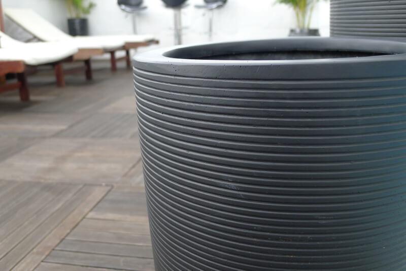 pflanzk bel mono aus fiberglas in schwarz geriffelt 40x65 cm bei east west trading. Black Bedroom Furniture Sets. Home Design Ideas