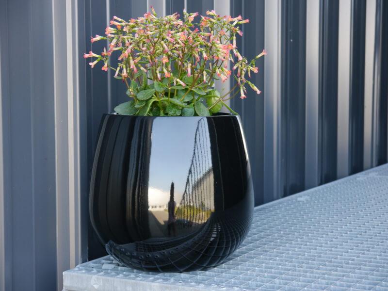 pflanzk bel yoro aus fiberglas in hochglanz schwarz bei east west trading. Black Bedroom Furniture Sets. Home Design Ideas